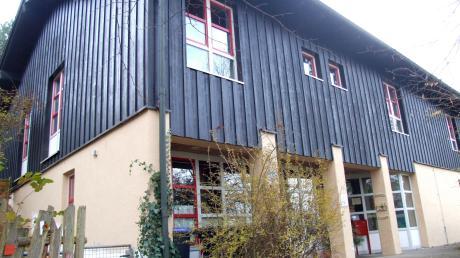 Der Bestandsbau der Kindertagesstätte St. Wolfgang in Mickhausen erhält eine westliche Anbindung mit drei Gebäudeteilen.