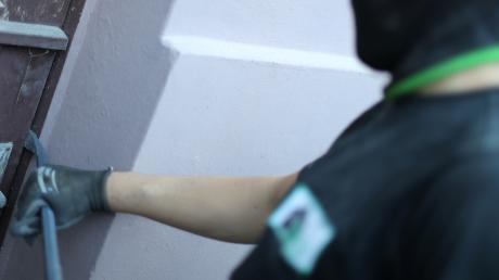Ein unbekannter Täte hat versucht, in einen Laden in Großaitingen einzubrechen. Nun sucht die Polizei nach Zeugen.