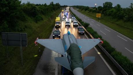 Zum zweiten Mal in diesem Jahr wird ein Eurofighter der Luftwaffe vom Fliegerhorst in Lagerlechfeld nach Kaufbeuren transportiert. Hinter dem Konvoi gab es beim letzten Transport Staus.