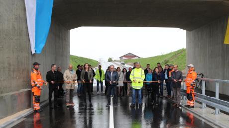 Der Weg wird freigeschnitten: Am Freitag wurde die neue Bahnunterführung zwischen Oberottmarshausen und Wehringen eingeweiht.