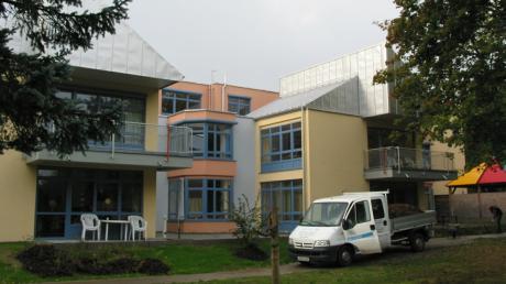 Das Fritz-Felsenstein-Haus in Königsbrunn soll erweiterte werden. Doch die rechtliche Situation ist schwierig.