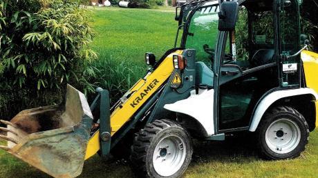 Dieser Radlader ist Mitte Mai von einer Baustelle an der B17 gestohlen worden.