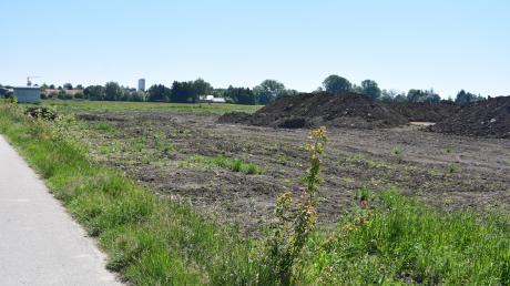 """Die Erdhügel zeugen noch von den Arbeiten des Denkmalschutzes. Doch bald sollen am südlichen Ende Schwabmünchens die ersten Bagger und Kräne kommen und das Wohngebiet """"Südwest III"""" entstehen lassen."""