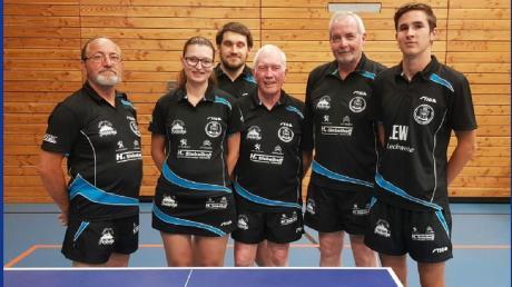 Die sechste Herrenmannschaft des TSV Königsbrunn schafft den Aufstieg: (von links) Josef Schittko, Viktoria Bögl, Alexander Oks, Günter Wüst, Siegfried Hertlen und Darius Schmitt.