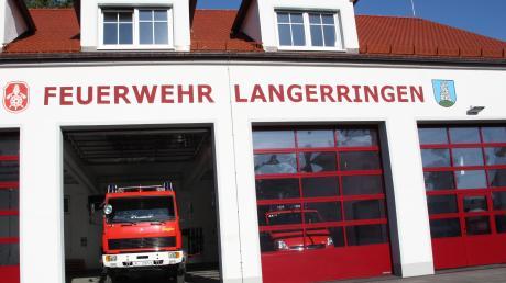 Bald wird auch die dritte Garage (rechts) im Langerringer Feuerwehrhaus mit einem Mannschaftstransporter bestückt werden.