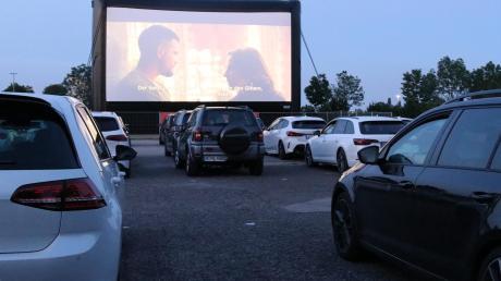 Ein Kinobesuch im Auto auf dem Gautschplatz in Königsbrunn. Die Corona-Krise sorgt für das Revival eines scheinbar ausgestorbenen Freizeitvergnügens. Die Autos parken zwischen aufgemalten Punkten, um den Abstand einzuhalten.