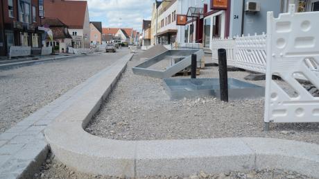 Die ersten beiden Bauabschnitte der Fuggerstraße sind bald abgeschlossen. Die Kreuzung zur Raiffeisenstraße soll am 2. Juli von Süden her für den Verkehr wieder freigegeben werden.
