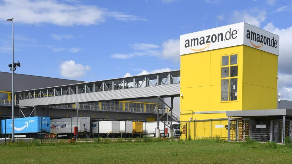 Der Online-Versandriese Amazon wird in den kommenden Monaten seinen Standort in Graben massiv erweitern. In Zukunft soll dort ein neues Robotersystem bei der Warenabfertigung helfen.