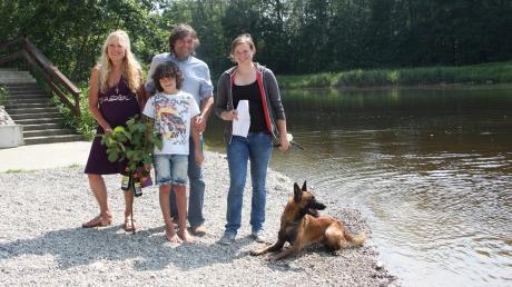 Der neunjährige Benedikt und seine Eltern Beate und Markus Müller freuten sich darüber, dass seine Flaschenpost nach zwei Jahren von Katrin Schedler (rechts) und ihrem Hund Kitaro gefunden wurde.