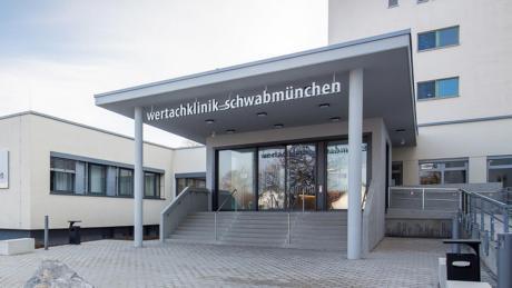 Patienten im Schwabmünchner Krankenhaus dürfen wieder mehr Besuch bekommen.
