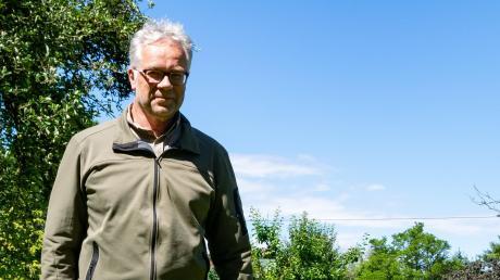 Bevor Roland Bock mit seiner Gaia den heimischen Garten zur Spaziergang verlässt, leint er sie an.