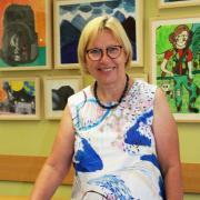 Eva Focht-Schmidt, die scheidenede Leiterin des Gymnasiums Königsbrunn, vor Bildern von Schülern, die ihr Büro schmücken. Zum Ende des Schuljahres 2019/20 geht sie in den Ruhestand.