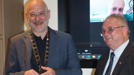 Traditionell in der Jahresmitte gibt es beim Rotary Club Schwabmünchen einen Wechsel an der Spitze: Ernst Färber (rechts) übergibt an seinen Nachfolger Josef Deuringer.