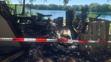 Am Morgen danach: Vom Kiosk am Ilsesee ist nicht mehr viel übrig. Die Brandermittler haben die Stelle abgesperrt.