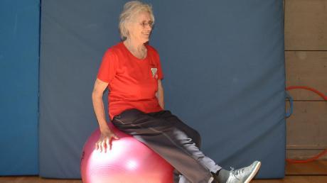UNT-Sportlerin Gerlinde Klingshirn ist seit über 50 Jahren als Übungsleiterin beim SV Untermeitingen tätig. Früher bot sie Mutter-Kind-Kurse an, heute trainiert sie Senioren. Dabei ist die 81-Jährige meist die Älteste im Kurs.