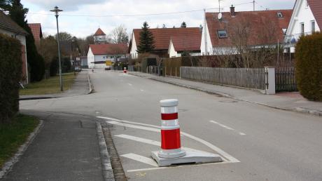 An der im Bild linken Seite der Lechfeldstraße soll ein Halteverbot die Verkehrs-wächter ersetzen.