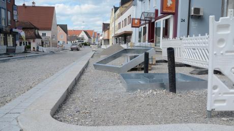 Die Fuggerstraße in Schwabmünchen wird umgebaut, die Verkehrsbeschränkungen sind für den Einzelhandel eine Belastung. Auf lange Sicht soll das Zentrum jedoch an Attraktivität gewinnen und damit auch den Geschäftsleuten mehr Kundenfrequenz bringen.