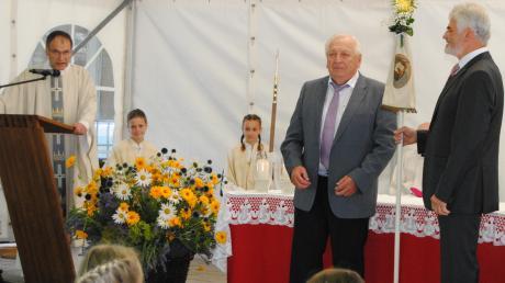 Pfarrer Hubert Ratzinger (links) dankte dem scheidenden Präfekten Franz Xaver Leimer (Mitte) und dem neuen Präfekten Xaver Zerle (rechts).