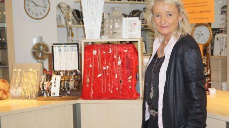 Angelika Haiss-Wüst hat ihren Uhren-Schmuck Laden in der Rosenstraße und ist seit über 35 Jahren als Geschäftsfrau in Königsbrunn tätig.