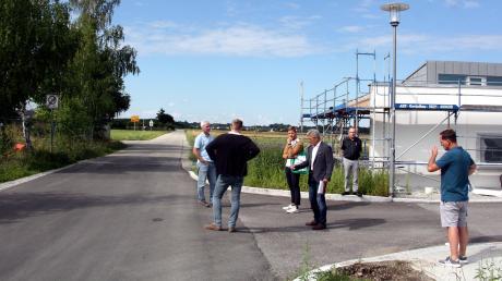 Bürgermeister Rudolf Schneider zeigt die Problematik der Ausfahrt vom neuen Kindergarten zur Obermeitinger Straße auf.
