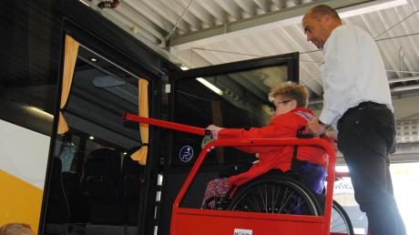 Der Außenlift bringt Rollstuhlfahrer sicher ins Innere des Busses – ganz ohne Treppen.
