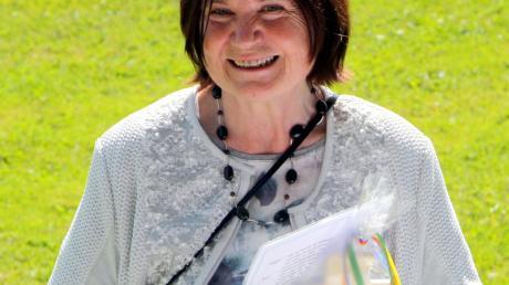 Elisabeth Schmalzl mit ihrem Abschlusszeugnis.