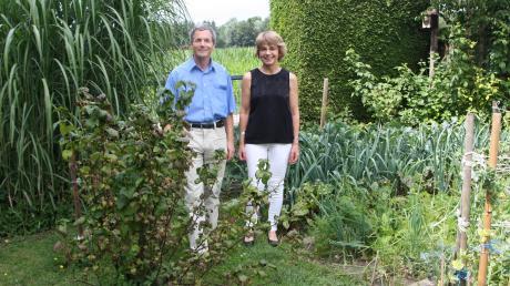 Joachim Herbold und seine Ehefrau Juliane Bopp-Herbold fühlen sich in ihrem Garten zwischen ihren Beerensträuchern und Gemüsebeeten sichtlich wohl.