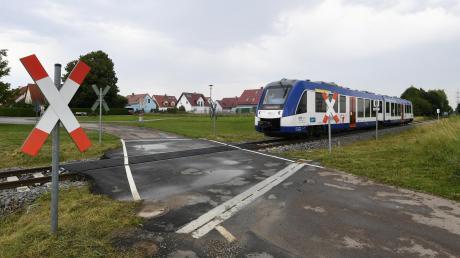 In Oberottmarshausen gibt es drei unbeschrankte Bahnübergänge. Die Züge der Lechfeldbahn warnen mit einem lauten Signalton