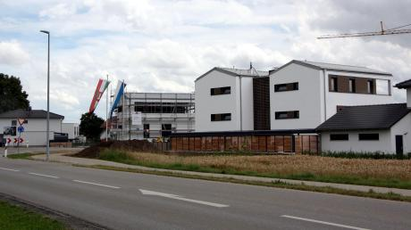 Ein Projekt gegen die Wohnungsnot in der Region: Am westlichen Ortseingang von Oberottmarshausen sind die beiden Paarhäuser entstanden.