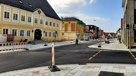 Der erste Bauabschnitt in der Fuggerstraße ist fertig: Die Kreuzung an der Raiffeisenbank ist wieder frei.