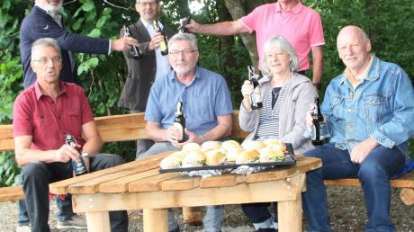 Die Mitglieder der Gartenbauvereine stoßen auf die Bänke an.
