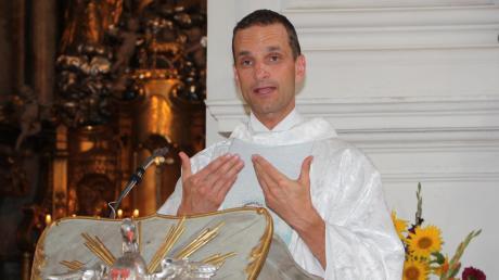 Primiziant Marco Leonhart hat die Polizeiuniform gegen das Priestergewand getauscht.