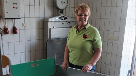 Renate Hutter, Vorsitzende des Vereins für Gartenbau und Landespflege, wartet auf die Anlieferung von Obst in der Großaitinger Mosterei.