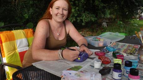 Wiltrud Zureck bei ihrer Freizeitbeschäftigung: Mit dem Bemalen von Steinen erzielte sie für die Kartei der Not 300 Euro.