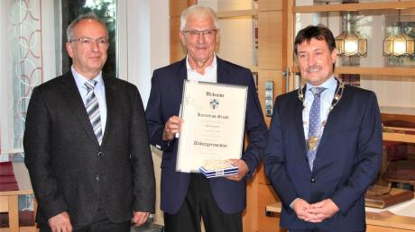 """Kornelius Griebl (Mitte) erhielt die Urkunde mit dem Ehrentitel """"Altbürgermeister"""" aus den Händen seines Nachfolgers Robert Irmler (rechts) und des zweiten Bürgermeisters Michael Weber (links)."""