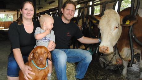Jasmin, Lukas und Roland Stegmann mit Kuh Alina: Sie gibt mit ihren Kolleginnen die Milch für den eigenen Käse.
