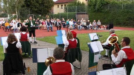 Die Musikkapelle Klosterlechfeld mit Dirigent Daniel Bäurle spielte zur Serenade im Schulhof auf.