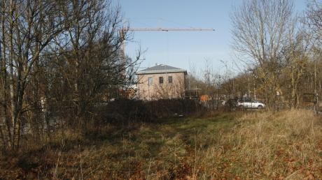 Auf dem Gelände südlich des Bahnhofs in Klosterlechfeld sollen langfristig Wohnungen entstehen. Die Gemeinde hatte das Areal von der Deutschen Bahn erworben.
