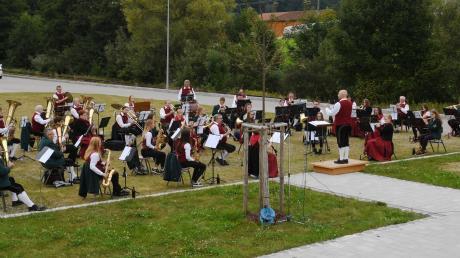 Nach einem halben Jahr Zwangspause erklangen in Walkertshofen beim Freiluft-konzert am alten Lagerhaus erstmals wieder Blasmusik-Klänge.
