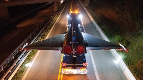 Die an den äußeren Tragflächenenden angebrachten Bodenstrahler machten die Dimension des elf Meter breiten Fluggerätes auf der Straße sichtbar.