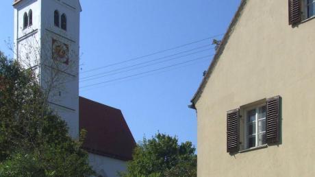 Mickhausen plant, ein externes Heizhaus zwischen der Alten Schule (rechts im Bild) und dem Friedhof zu errichten.