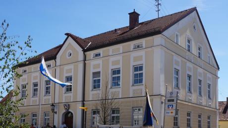 Die Photovoltaikanlage auf der anderen, südlichen Seite des Rathausdachs bringt der Gemeinde Großaitingen Einnahmen.
