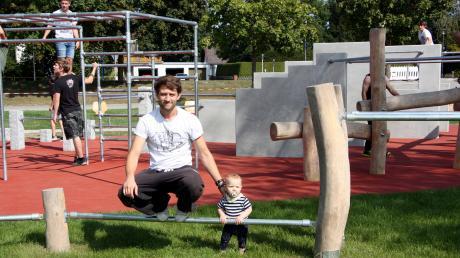 Parkour kennt kein Alter, wie dieser Sportler mit seinem zehn Monate alten Sohn zeigt.