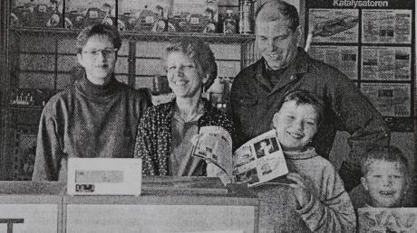 Am 04. März 1996 eröffnete die Familie Vogg mit Unterstützung von Postsekretärin Manuela Richter (links) die Postfiliale.