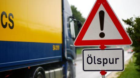 Achtung Ölspur: Zwischen Schwabmünchen und Schwabegg hatte ein Fahrer den Treibstoff verloren.