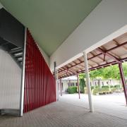 Die Fluchttreppe aus dem Silentium-Raum führt jetzt direkt in den Hof vor das Pfarrzentrum und der Kirche. An Kirche und Pfarrzentrum Maria unterm Kreuz in Königsbrunn wurden im Sommer 2020 einige Baumaßnahmen umgesetzt, um Brandschutz und Arbeitsschutz zu verbessern.