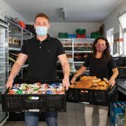 Andreas Berger und Tamara Morhart freuen sich, den Kunden der Tafel wieder ein reichhaltigeres Angebot machen zu können.