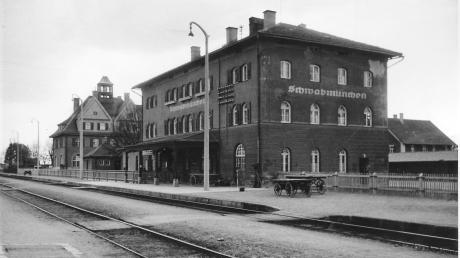 So sah der Bahnhof Schwabmünchen im Jahr 1907 aus. Am Bahnsteig sind die Fuhrwagen zu erkennen, auf die Gepäck der Fahrgäste und Waren verladen wurden.