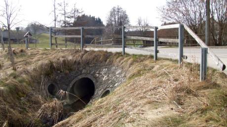 Die Brücke über die Schmutter bei der Heergasse östlich von Rielhofen ist in einem sanierungsbedürftigen Zustand. Die Arbeiten dazu sollen noch heuer erfolgen.