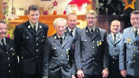 Vorsitzender Karl Reute, Kommandant Thomas Vogt, Egger Lorenz (40 Jahre aktiv), Kreisbrandinspektor Günter Litzel, Herbert Rupprecht (25 Jahre aktiv), Kreisbrandmeister Markus Kelnhofer, und Kreisbrandrat Alfred Zinsmeister.